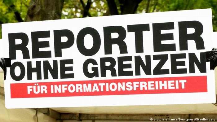 Плакат с надписью: Репортеры без границ - за защиту свободы информации!