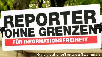 Berlin - Tag der Pressefreiheit 2017 | Schild Reporter ohne Grenzen