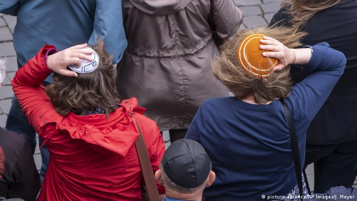 Deutschland Demonstration gegen Antisemitismus (picture-alliance/AP Images/J. Meyer)