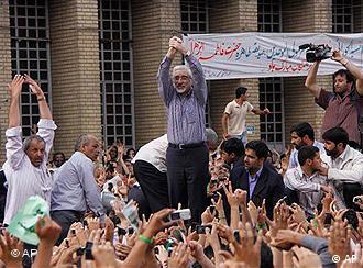 میرحسین موسوی در میان هواداران خود در تظاهرات روز دوشنبه ۱۵ ژوئن