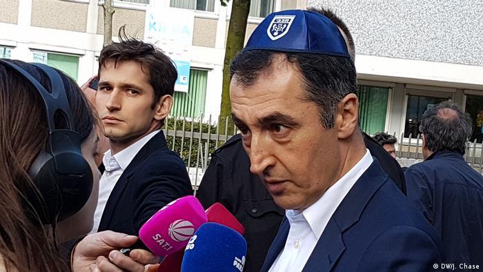 Cem Özdemir wears a kippa