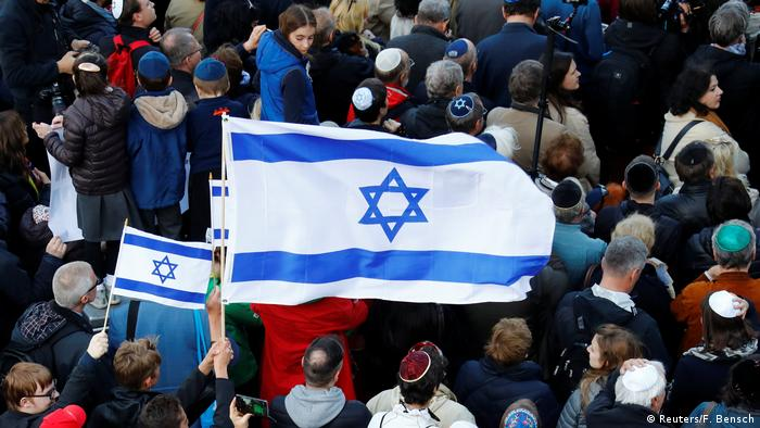 Deutschland Demonstration gegen Antisemitismus in Berlin   Berlin wears kippa
