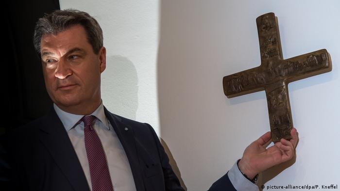 Markus Söder holds cross (picture-alliance/dpa/P. Kneffel)