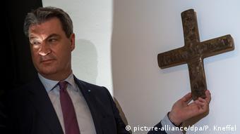 Маркус Зёдер лично повесил крест в своей канцелярии