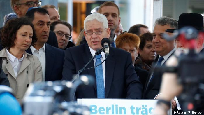 Josef Schuster addresses demonstrators in front of a synagogue