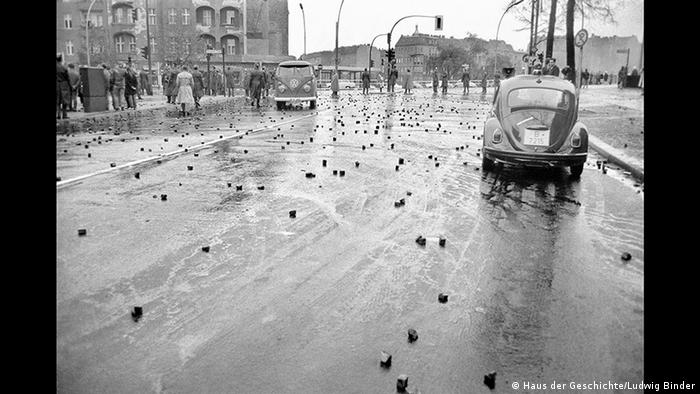Traces of the clashes known as the Schlacht am Tegeler Weg. (Haus der Geschichte/Ludwig Binder)
