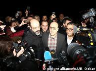 Ахмет Шик отвечает на вопросы журналистов после вынесения приговора 25 вапреля