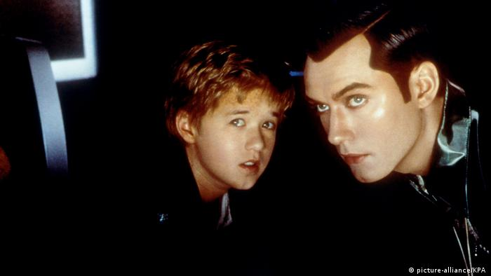 David (Haley Joel Osment) und Gigolo Joe (Jude Law) in einem Still des Films A.I. - Künstliche Intelligenz. (picture-alliance/KPA )