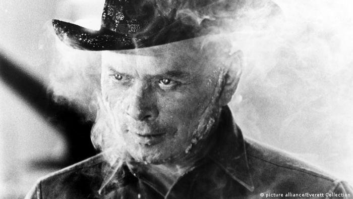 Yul Brynner als mechanischer Revolverheld im Film Westworld (picture alliance/Everett Collection)