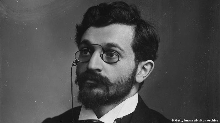 Schwarz-weiß Porträt von Emanuel Lasker mit Brille. (Getty Images/Hulton Archive)