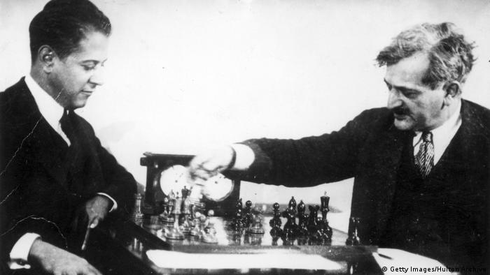 El cubano José Raúl Capablanca (izqda.) juega en el Campeonato Mundial contra el alemán Emanuel Lasker. (1.03.1925).