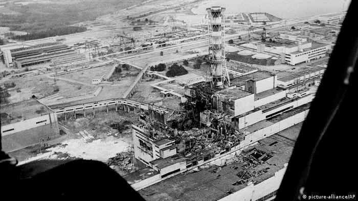 Чернобыльская АЭС через несколько дней после взрыва, 1986 г.