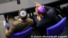 MPs in Bundestag wearing kippas (picture-alliance/dpa/M. Kappeler)