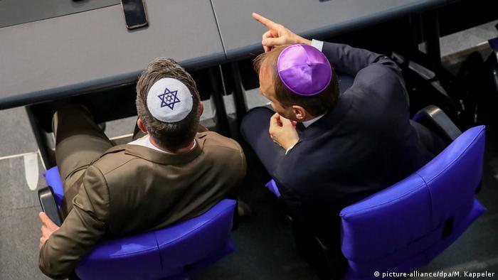 Депутаты бундестага в кипах в знак солидарности с евреями