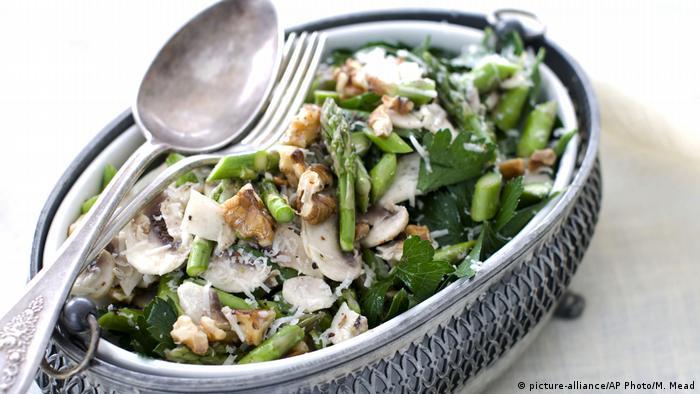 Рецепты со спаржей: салат с орехами и сыром