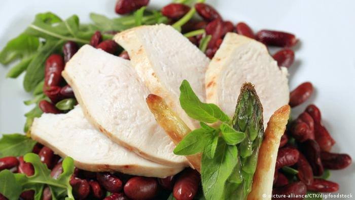 Rezepte mit Spargel - Slices of chicken breast with red beans and arugula (picture-alliance/CTK/digifoodstock)