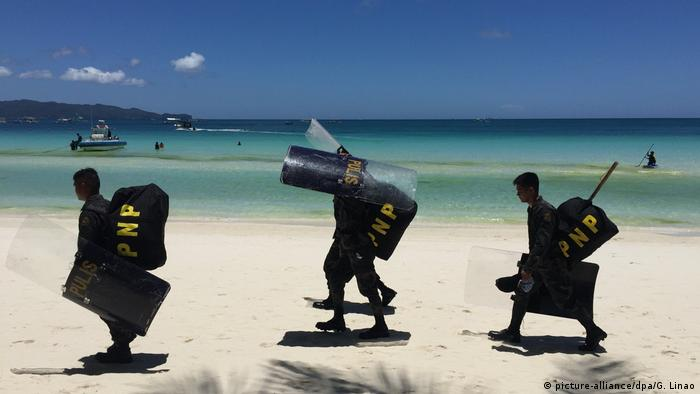 Philippinen - Insel Boracay Polizisten am White Beach (picture-alliance/dpa/G. Linao)