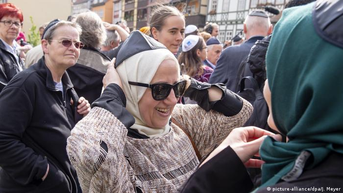 Muslima mit Kippa bei Demonstration gegen Antisemitismus (picture-alliance/dpa/J. Meyer)
