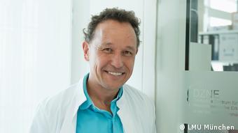 Porträt des Professors Christian Haass im Arztkittel.