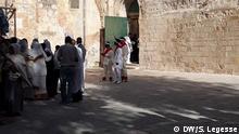 Wikipedia: Deir Es-Sultan (arabisch دير السلطان) ist ein Kloster auf dem Dach der Grabeskirche in Jerusalem. Das Kloster wurde während des von den Kreuzfahrern errichteten Königreichs Jerusalem 1187 durch äthiopisch-orthodoxe Christen gegründet, die seit Jahrhunderten in Jerusalem ansässig waren. Das Eigentum am Kloster ist eine Quelle des Streits zwischen der koptisch-orthodoxen Kirche und der Äthiopisch-Orthodoxen Kirche, mit beiden Parteien unter Angabe langjähriger historischer Ansprüche auf das Eigentum. Deir Es-Sultan ist eine von mehreren heiligen Stätten in der Umgebung, deren Eigentum zwischen verschiedenen christlichen Konfessionen umstritten ist.[1] Der aktuelle Streit entstand im April 1970, als äthiopische Gläubige im Kloster die Abwesenheit der koptischen Gläubigen aufgrund der Osterriten nutzten, um eine Sperre auf einer Treppe nach unten anzubringen.[2] https://de.wikipedia.org/wiki/Deir_Es-Sultan DW, Shewaye Legesse