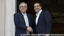 Griechenland Athen - Jean-Claude Juncker und Alexis Tsipras (picture-alliance/AP Photo/P. Giannakouris)
