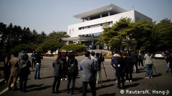 Kuća mira u demilitariziranoj zoni na granici dviju Koreja i novinari ispred te bijele zgrade