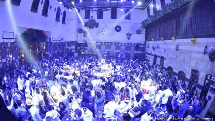 Syrien Leute tanzen in Mazzika Bar in Damaskus