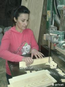 A Syrian woman working (privat)