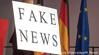 Symbolbild Europa & Fake News (picture-alliance/dpa/M. Murat)