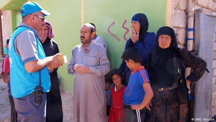 Iraqis talking to a UNHCR representative (DW/J. Neurink)