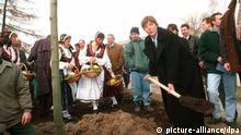 Merkel pflanzt Baum 1995