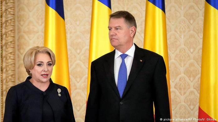 Prime Minister Viorica Dancila, left, next to President Klaus Iohannis after the swearing in of her cabinet in January (picture alliance/AP Photo/V. Ghirda)