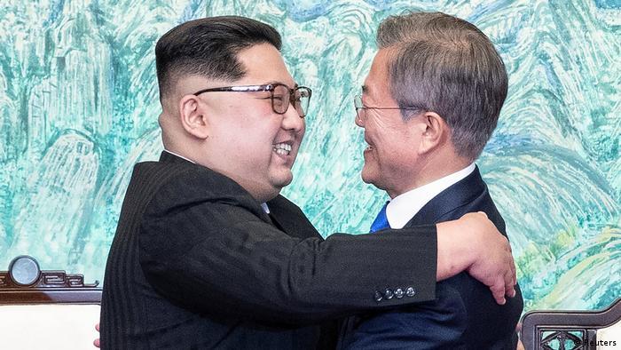 Ким Чен Ын и Мун Чжэ Ин обнимаются во время встречи 27 апреля
