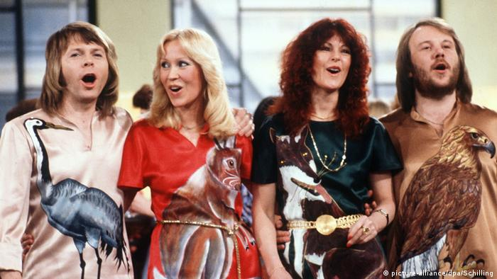 El exitosísimo cuarteto sueco no evocó a algún amor pasado ni agradeció a sus fanáticos en esta canción. Simplemente dedicaron el tema a la sonrisa por la sonrisa, a la mera alegría de cantar. Sin una canción o un baile, ¿qué somos? Por eso doy gracias por la música, por dármela.... El éxito apareció en 1977 en el quinto álbum de estudio de la banda, ABBA - the Album.