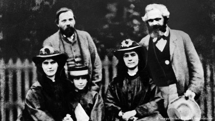 انگلس (چپ) به همراه مارکس و دخترانش