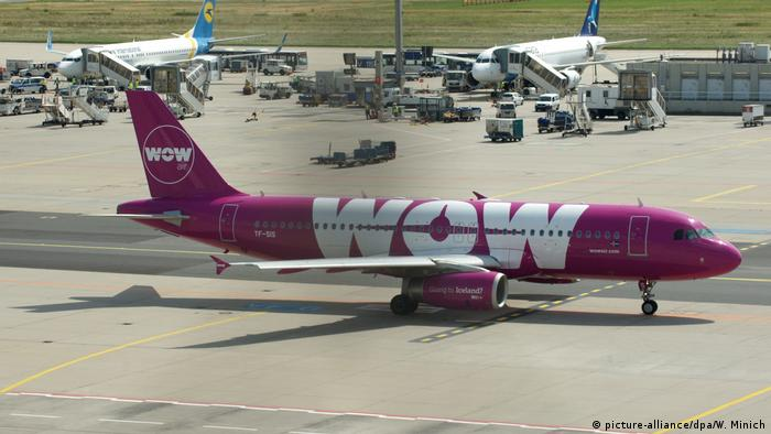 Flugzeug - WOW Air Iceland (picture-alliance/dpa/W. Minich)