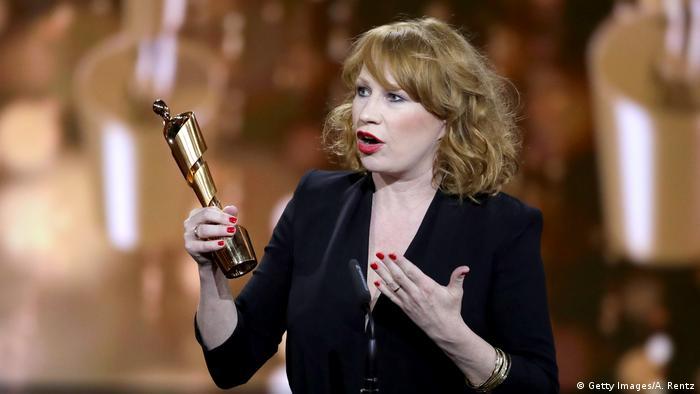 Schauspielerin Birgit Minichmayr nimmt die Lola für die beste Nebenrolle an. (Getty Images/A. Rentz)