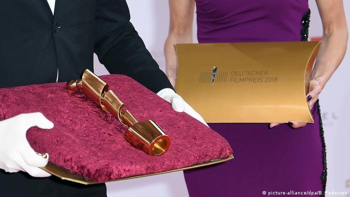 Der Filmpreis Lola wird auf einem Kissen präsentiert. | XXX (picture-alliance/dpa/B. Pedersen)