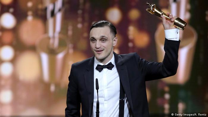 Franz Rogowski hält als bester Hauptdarsteller seine Lola in die Höhe. (Getty Images/A. Rentz)