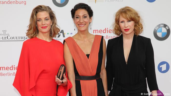 Die Schauspielerinnen Marie Bäumer und Birgit Minichmayr stehen vor Beginn der Gala zusammen mit Regisseurin Emily Atef. (Getty Images/A. Rentz)