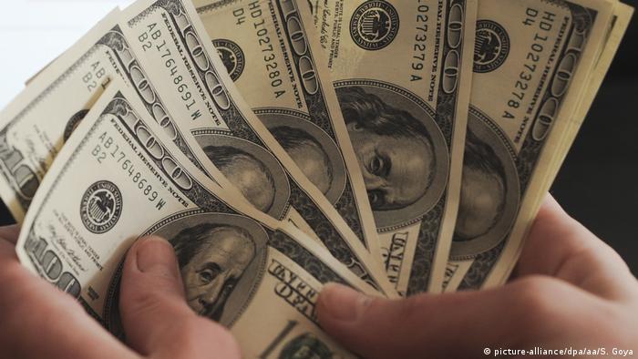 Долларовые банкноты (фоо из архива)