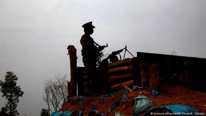 Seorang pemberontak Kachin berjaga-jaga di Myanmar.