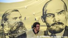 پلاکاردی از فریدریش انگلس (چپ) و لنین در تظاهرات روز اول ماه مه ۲۰۱۷ در استانبول