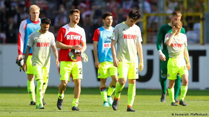 Cologne players looking dejected after defeat in Freiburg, 28.04.2018. (Reuters/K. Pfaffenbach)