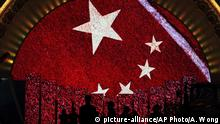 China Peking Chinesische Flagge (picture-alliance/AP Photo/A. Wong)