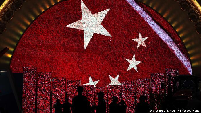 China Peking Chinesische Flagge (picture-alliance/AP Photo/A. Wong)