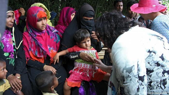 Refugees talking with delegates