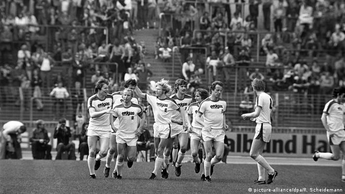 در ماه آوریل سال ۱۹۷۸ سفیدپوشهای بوروسیا مونشنگلادباخ رکوردی تاریخی به جای گذاشتند و حریف خود بوروسیا دورتموند را ۱۲ بر صفر شکست دادند. این پرگلترین پیروزی یک تیم بوندسلیگا محسوب میشود. تصویری از شادی بازیکنان بوروسیا مونشنگلادباخ از پیروزی تاریخی مقابل دورتموند.