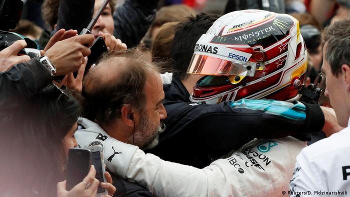 Lewis Hamilton and his team celebrate victory immediately after the 2018 Azerbaijan Grand Prix in Baku, 29.04.2018. (Reuters/D. Mdzinarishvili)