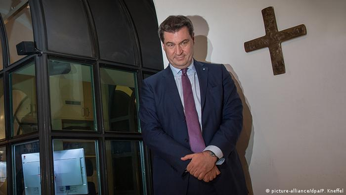 Markus Söder with cross on office wall (picture-alliance/dpa/P. Kneffel)